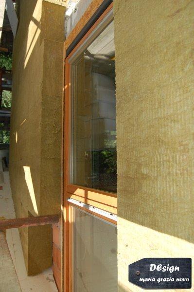 serramento in legno con triplo vetro basso - emissivo, posato con falso telaio esterno, cappotto esterno in fibra minerale spessore 24 cm