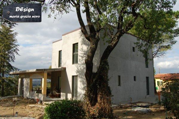 edificio ristrutturato con mantenimento portico esterno scollegato dalla struttura esistente
