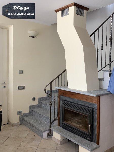 caminetto a legno inserito nel soggiorno