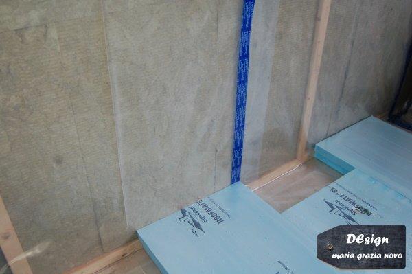 isolamento a pavimento in xps con teli e nastri per la tenuta all'aria opportunamente risvoltati