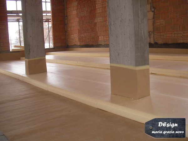 posa isolamento a pavimento: 3 strati da 10 cm per un totale di 30 cm la posa dell'isolante è stata eseguita dopo aver inserito il freno vapore