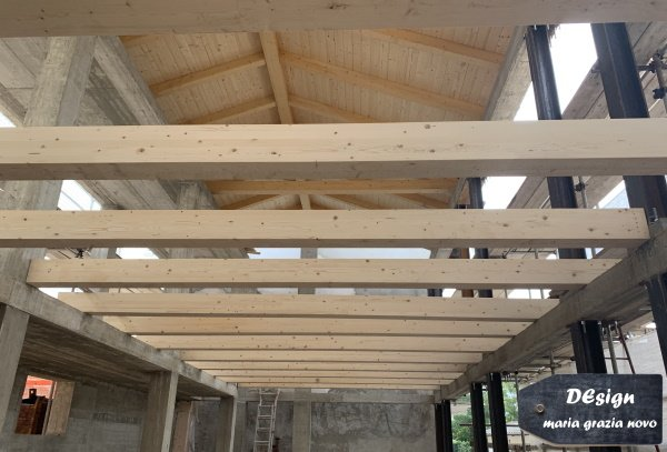 struttura in cemento armato a nord, pilastri HEB in ferro, solaio e tetto in legno