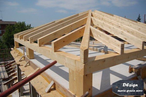 tetto in legno con pilastri di sostegno per garantire la continuità dell'isolamento esterno