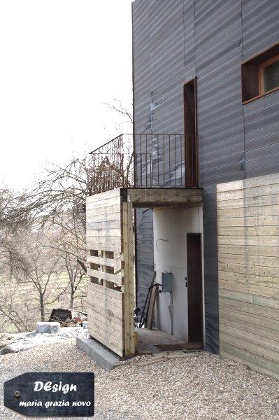dettaglio bussola di ingresso all'abitazione - lato nord