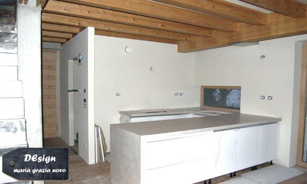 vista della cucina in cemento, i tramezzi interni sono realizzati in cartongesso con doppia lastra e isolamento acustico all'interno