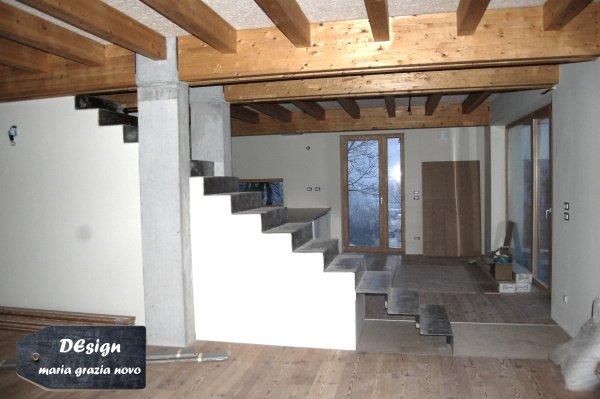 open space, vista verso la cucina. il solaio è in legno